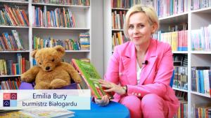 Burmistrz Białogardu Emilia Bury czyta dzieciom - Tydzień Bibliotek 2021